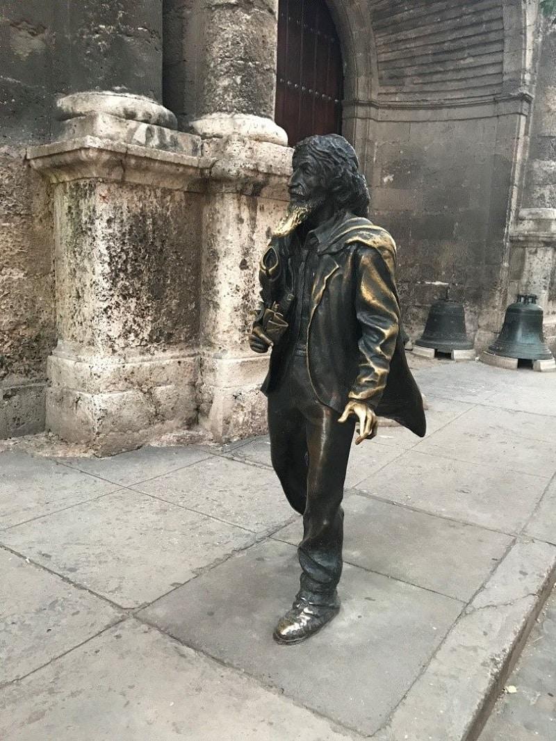 Un consejo si estás de turismo en Cuba es sacarte una foto junto a esta estatua