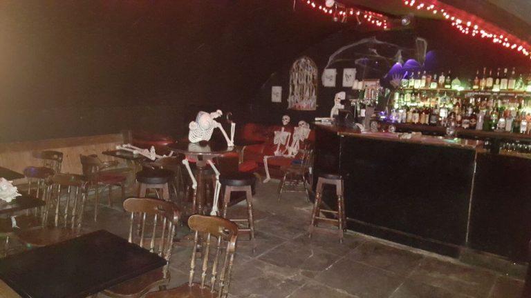 Visitar pub curiosos en Edimburgo: Banshee labyrinth