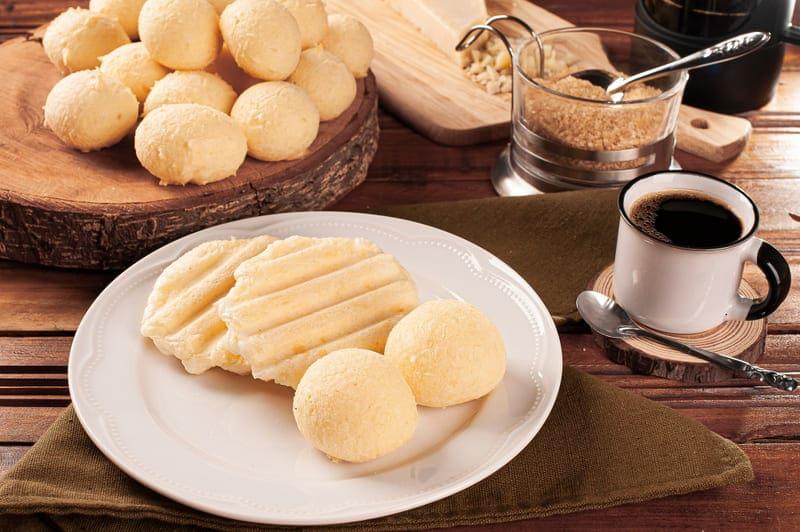 El pan de queso redondo y plano es una deliciosa y típica comida de Brasil