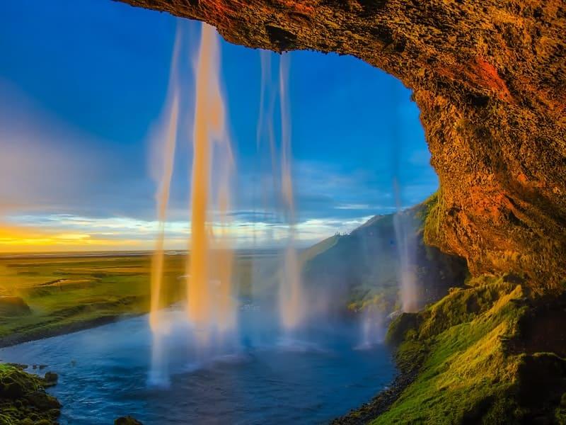 Disfrutando de las cascadas naturales de Islandia