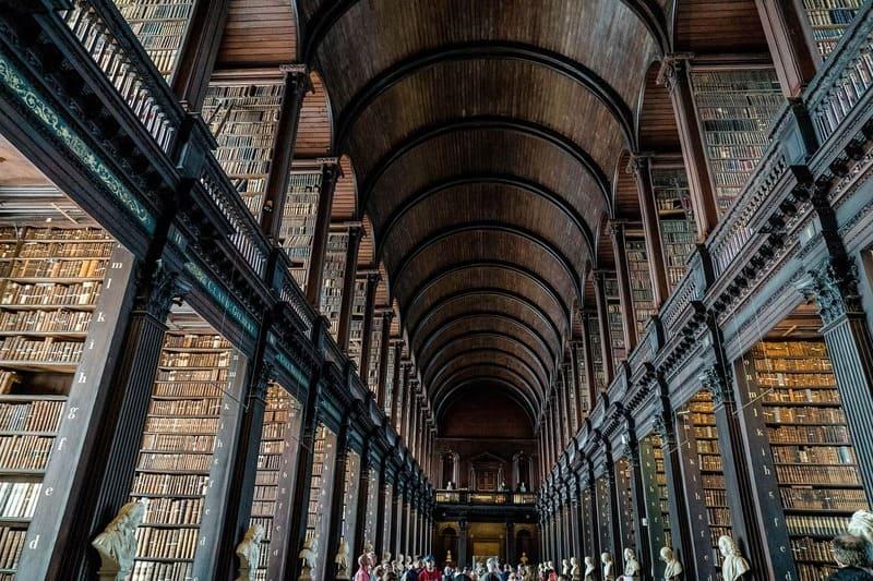 Es genial perderse entre los millones de libros de la Old Library en el Trinity College.