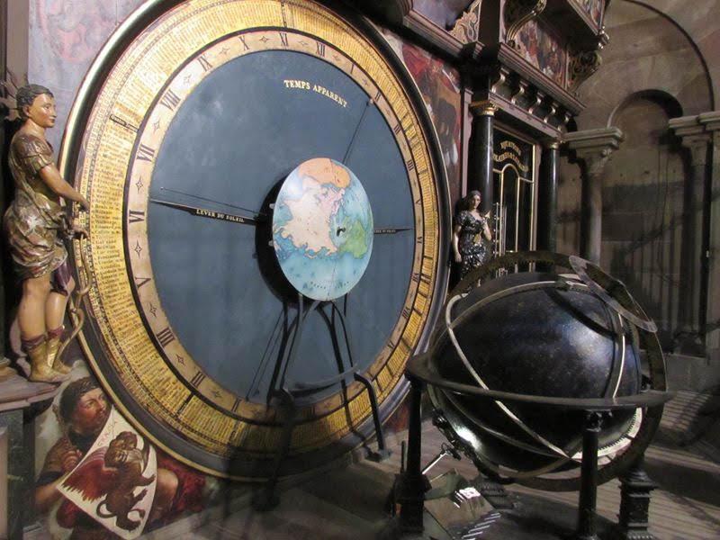 En estrasburgo puedes ver el reloj astronómico que ofrece información precisa de los movimientos celestes.