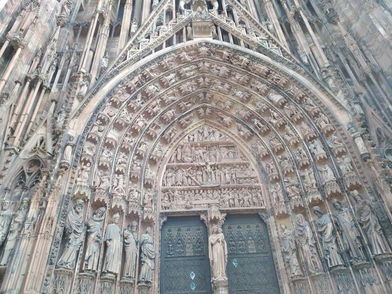 El arte gótico la catedral es algo que hay que ver en Estrasburgo sí o sí.